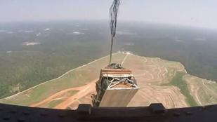 3 tonnás terepjáró pottyant le az égből egy amerikai kertbe