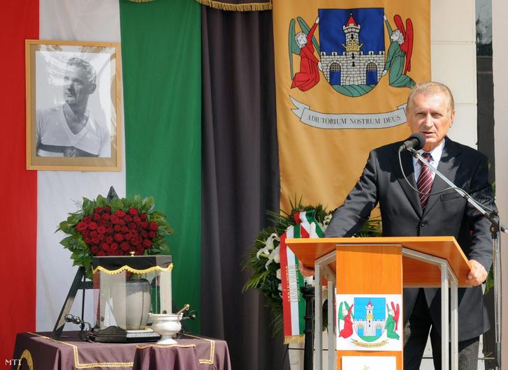 Dunai Antal olimpiai bajnok, a Magyar Labdarúgó Szövetség nevében búcsúztatót mond, amikor Lóránt Gyula, a legendás Aranycsapat középhátvédjének hamvait végső nyugalomba helyezik 2011. május 13-án