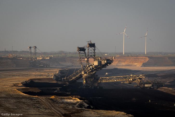 Nyílt színi szénbánya a háttérben szélerőművekkel a németországi Garzweilerben