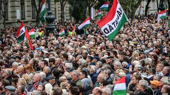Vizsgálatot akar egy néppárti képviselő, mert EU-támogatásból vett kisbuszokkal hoztak közönséget Orbán beszédére