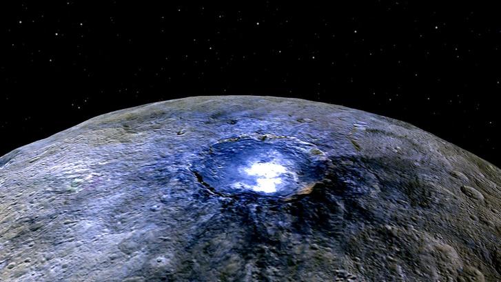Az Occator-kráter a Ceresen, benne egy jeget kidobó kriovulkánnal a Dawn űrszonda felvételén