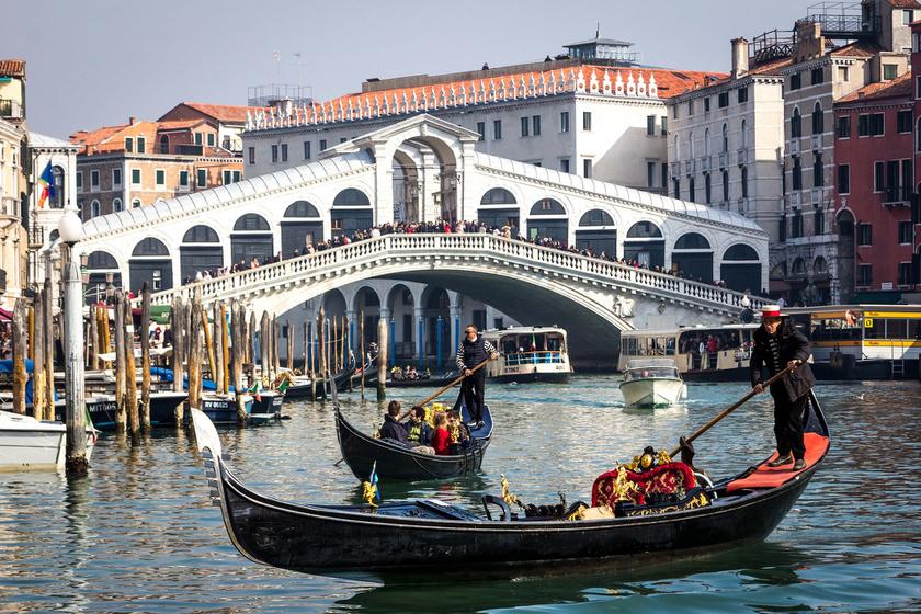 Velencébe akár egy hétvégére is megéri kiruccanni. A város a főszezon után sem veszít bájából, és kedvezményes vonatjeggyel, bécsi átszállással akár 58 euróért, tehát 19 ezer forintból megfordulhatsz.