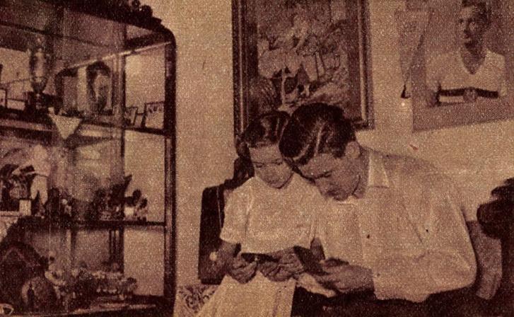 Apa és leánya... A kis Adrient máris nagyon érdekli a labdarúgás, no meg azok a szép serlegek, díjak és érmek is, amiket apuka kapott. Forrás: Képes Sport, 1954.július 6. / Arcanum adatbázis