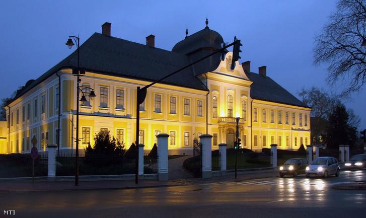 A Grassalkovich-kastély felújított épülete esti kivilágításban a Kossuth téren. A kastély 2014 óta a Széchenyi Zsigmond Kárpát-medencei Magyar Vadászati Múzeum otthona is.