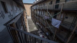 Eldőlt: az önkormányzat kerítést épít a Hős utcai társasház köré