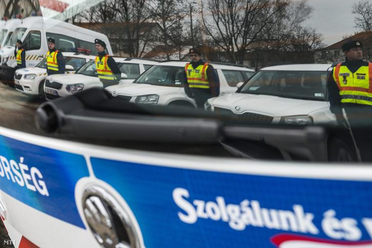 A Szabolcs-Szatmár-Bereg Megyei Rendõr-fõkapitányság új autóinak átadása Nyírbátorban 2015. február 6-án.