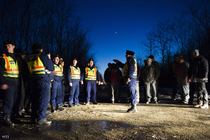 Áramtolvajok felkutatására tartott akció a Szabolcs-Szatmár-Bereg megyei Bököny határában.