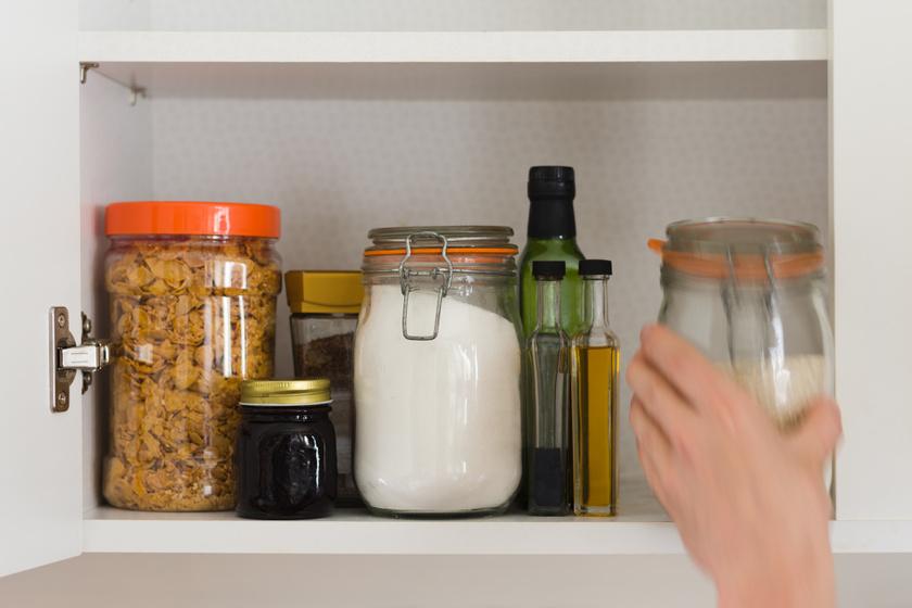 A müzlit, sütiket, cukrot tárold olyan helyen, ahol nincs szem előtt. Ha elrejted az üres kalóriákat, kisebb eséllyel fogsz utánuk nyúlni. Egy tanulmány szerint azok, akik üdítőt vagy müzlit tartanak a konyhaasztalon, átlagosan 9 kilóval nyomnak többet, mint azok, akik nem.