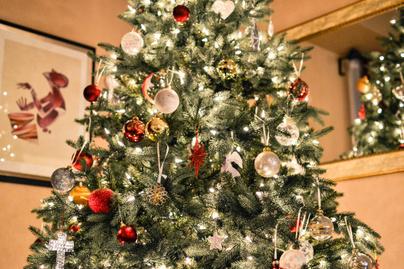 karácsonyfa csillogás díszes