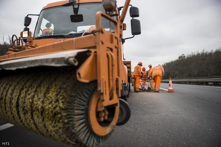 Kátyúzási munkálatokat végeznek az M1-es autópályán Bicske közelében 2018. január 10-én. A munkálatok ideje alatt a forgalom felváltva a külsõ belsõ és leálló sávban halad.