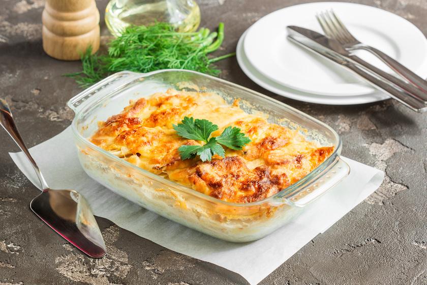 Tepsis almás krumpli sok hagymával és sajttal: köret és önálló fogás is lehet