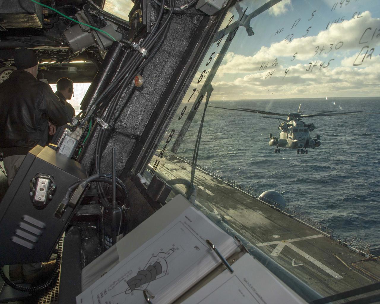 CH-53 Sea Stallion helicopter készülődik landoláshoz USS Iwo Jima (LHD 7) Wasp-osztályú kétéltű támadó hajón. Az Iwo Jima is részt vesz a Trident Juncture 2018 hadgyakorlaton.