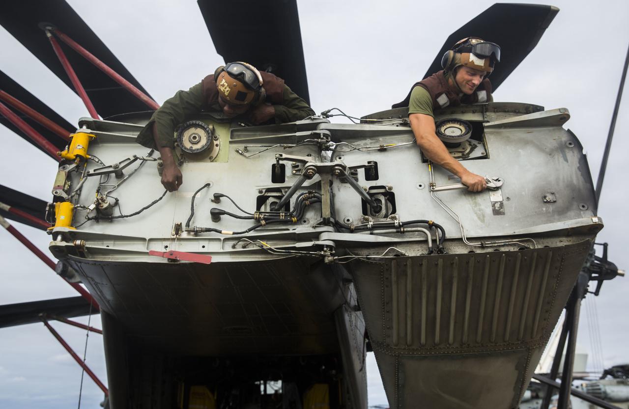 CH-53 Sea Stallion helicopter farokrészét szerelik amerikai tengerészgyalogosok az Iwo Jima fedélzetén.