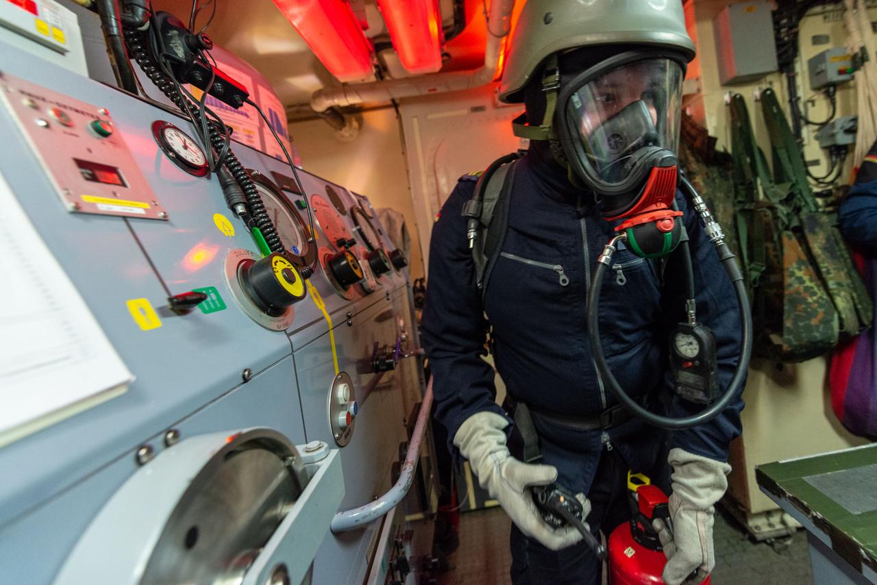 Német tengerész tűzvédelmi gyakorlaton FGS Homburg aknakereső hajón.