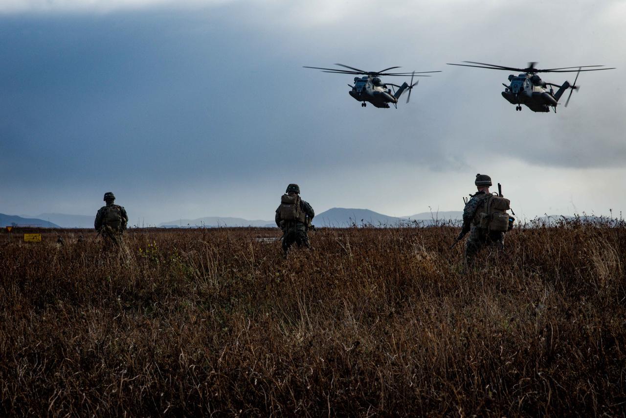 Landoláshoz készülő CH-53 Super Stallion helikoptereket figyelnek amerikai tengerészgyalogosok Izlandon.