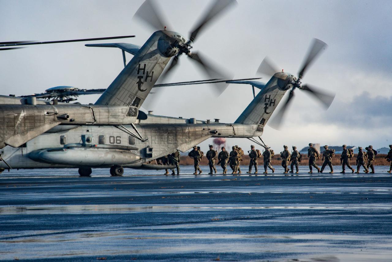 """Keflavik (Izland): Amerikai tengerészgyalogosok szállnak be CH-53 Super Stallion helikopterekbe, hogy bevetési gyakorlatra induljanak. A Sikorsky CH-53E Super Stallion az amerikai katonaság legnagyobb szállítóhelikoptere, a fotón látható """"Pörölyfejűek"""" egyenesen Hawaii-ról érkeztek, míg a 24th Marine Expeditionary Unit tengerészgyalogosai Észak-Karolinából."""