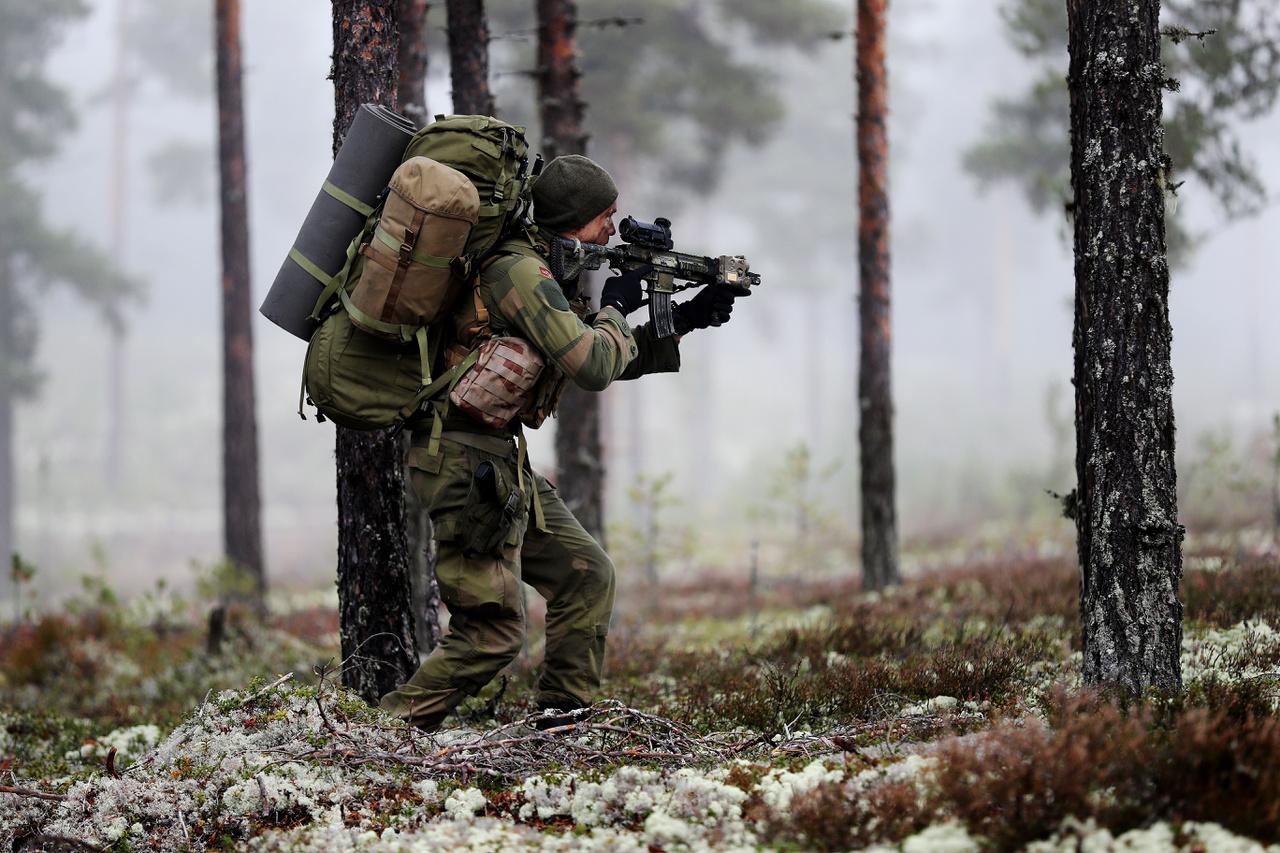 Felderítő járőr hatol előre az ellenséges területen, valahol Norvégia északi erdeiben.