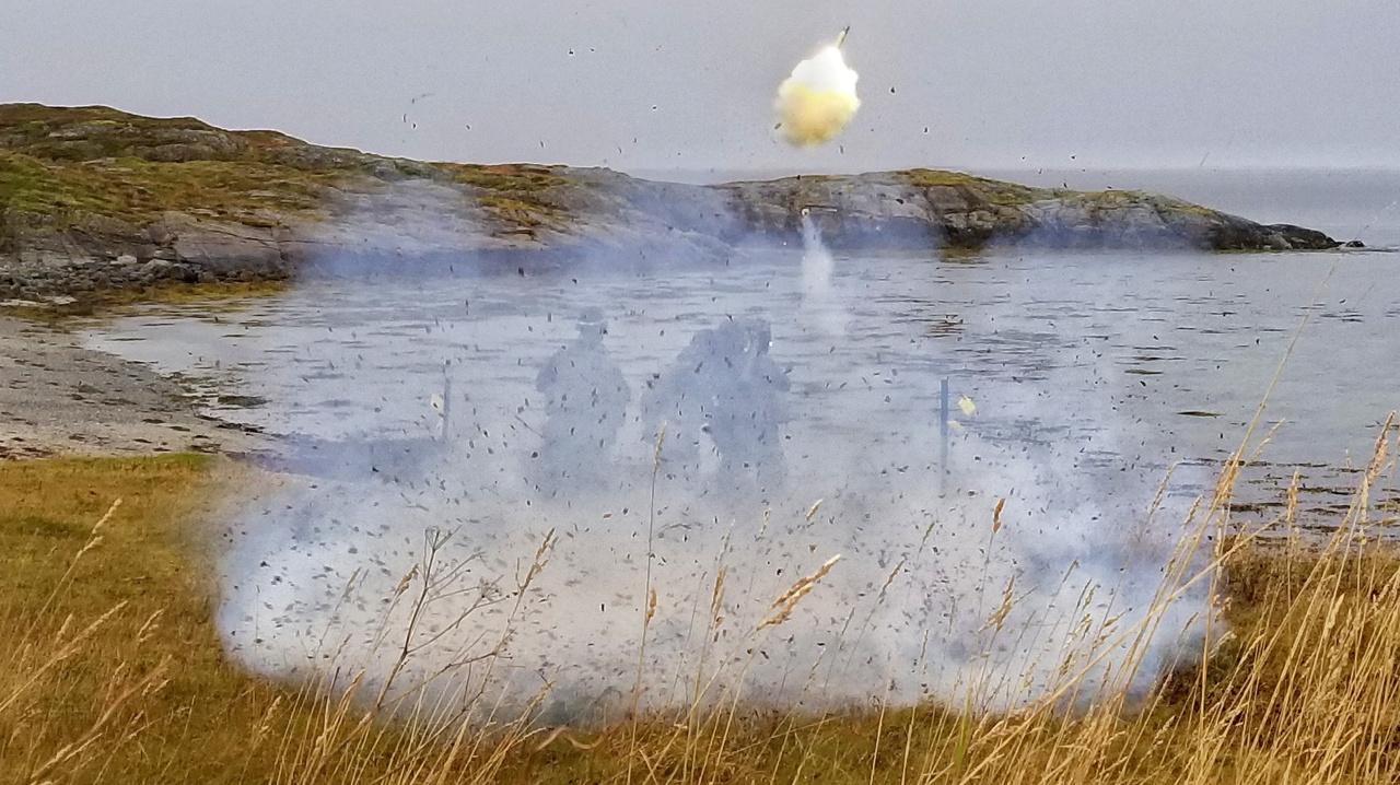 FIM-92 Stinger hordozható légvédelmi rakétát lőnek ki amerikai tengerészgyalogosok a norvég partok közelében.