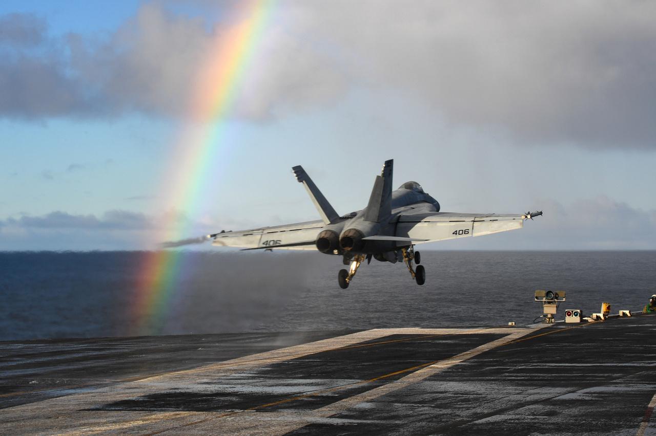 F/A-18E Super Hornet vadászgép száll föl a USS Harry S. Truman (CVN 75) Nimitz-osztályú repülőgép-hordozóról valahol az Atlanti-óceán északi vizein.