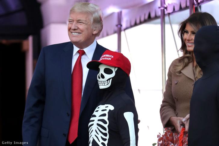 Donald és Melania Trump édességet oszt Halloween alkalmából a Fehér Háznál 2017. október 30-án