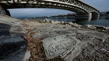 Sírkövek bukkantak elő a Petőfi híd lábánál