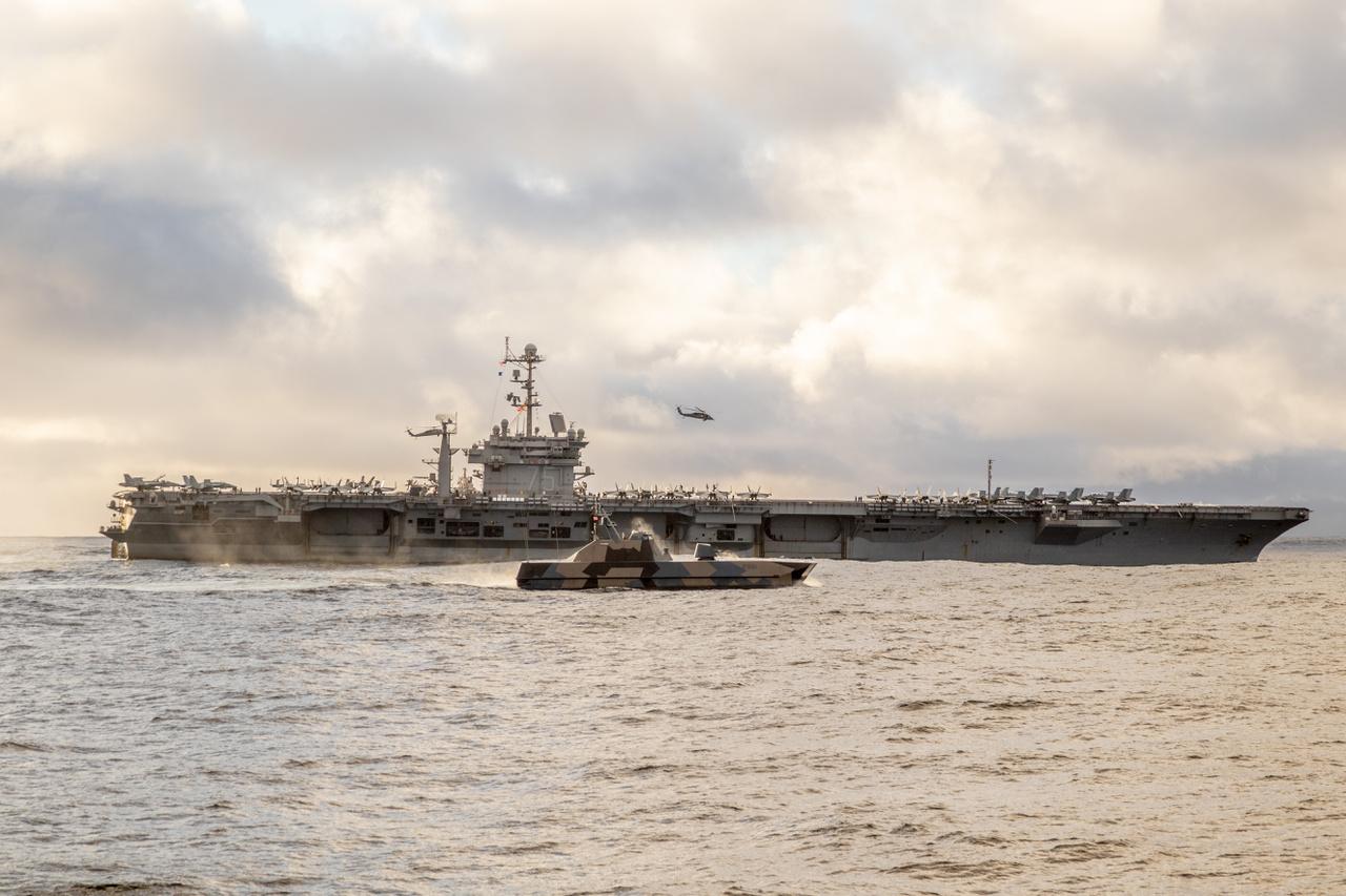Az amerikai USS Harry S. Truman repülőgéphordozó és a norvég KNM Storm Skjold-osztályú lopakodó torpedóromboló szeli együtt a habokat.