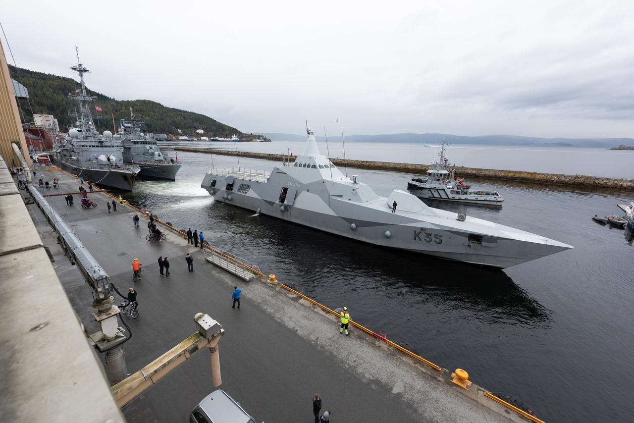 A HSwMS Karlstad, a Svéd Haditengerészet Visby-osztályú lopakodó korvettje Trondheim kikötőjében.