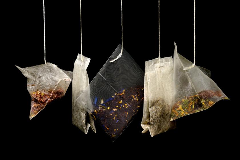 A tealevelek és az őrölt kávé nyugodtan bekerülhetnek a komposztba, de csak a filterzacskó nélkül, az ugyanis nem bomlik le.