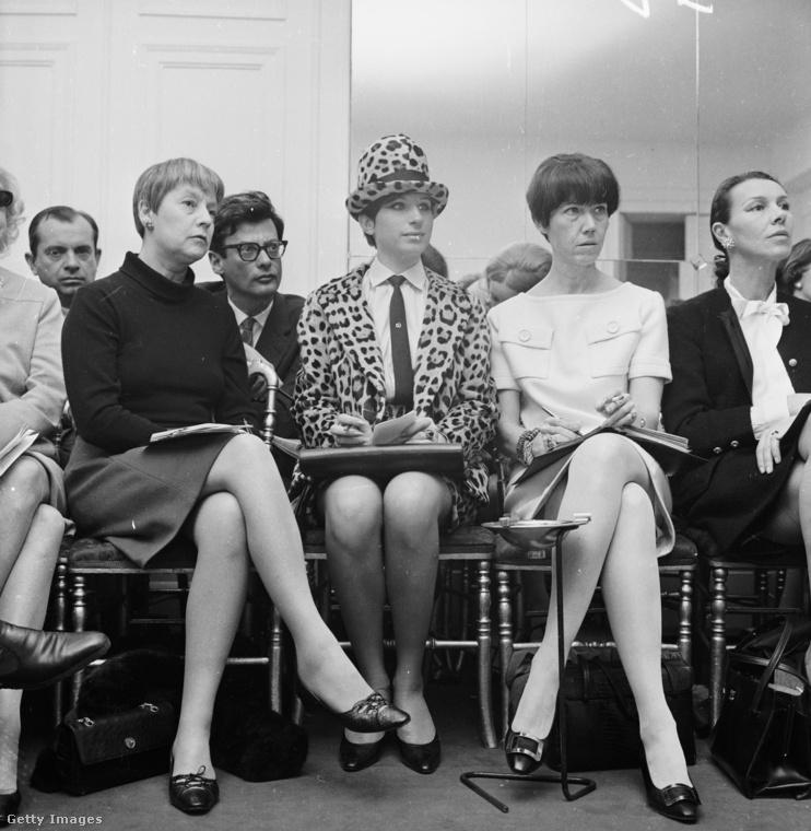 Felismered a hírességet a fotó közepén? Igen, ő Barbra Streisand, aki a Chanel egyik párizsi divatbemutatóját ülte végig ebben a párducmintás összeállításban.