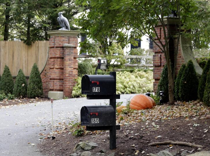 Levelesládák Soros György magyar származású amerikai üzletember, a New York-i Soros Fund Management befektetési társaság elnöke házának kertkapuja előtt, New York egyik elővárosában, Katonahban 2018. október 23-án. Az előző nap a kapu előtti egyik levélládában robbanószerkezetet találtak, amelyet a rendőrség hatástalanított.