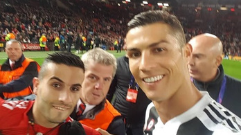 Itt a szelfi, amit Ronaldo a pályán lőtt a berohanóval