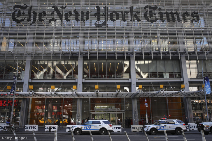 Rendőrségi autók a New York Times épülete előtt. Megerősítették az irodaház védelmét, a CNN-nek küldött csőbomba után, 2018. október 25-én