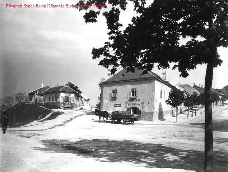 A két ház között látható a Felsőhegy utca