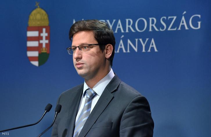 Gulyás Gergely, a Miniszterelnökséget vezető miniszter a Kormányinfó sajtótájékoztatón a Miniszterelnöki Kabinetiroda Garibaldi utcai sajtótermében 2018. október 25-én.