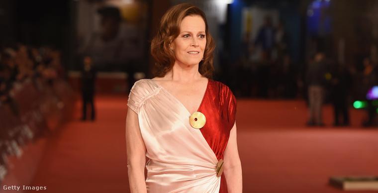 6. Sigourney Weaver fehér-vörösben