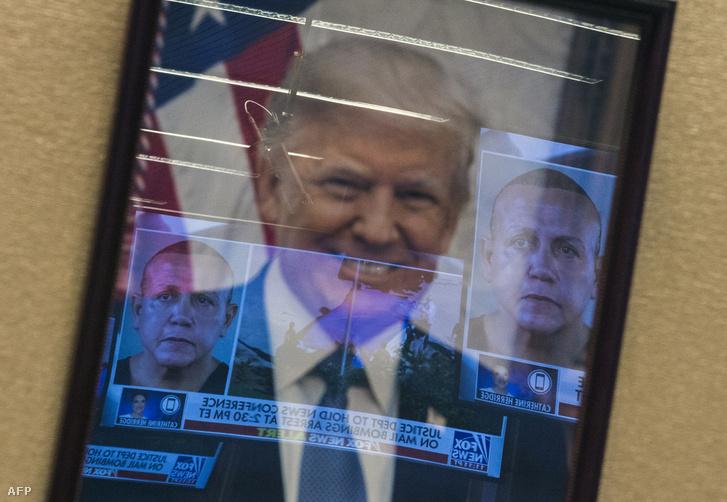Sajtótájékoztatót tartottak Cesar Sayoc elfogását követően Washingtonban, az igazságügyi minisztériumban 2018. október 26-án. Az épületben kifüggesztett elnöki portrén tükröződik a gyanúsított fényképe.