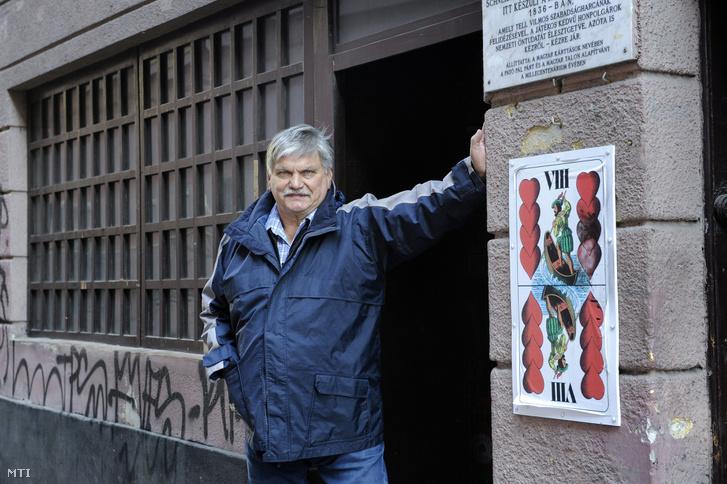 Wichmann Tamás a Kazinczy utcai kocsma előtt 2017-ben