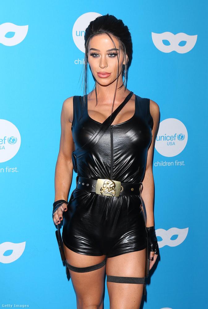De ez itt most természetesen nem Angelina Jolie, hanem valaki más viseli ezt a jelmezt