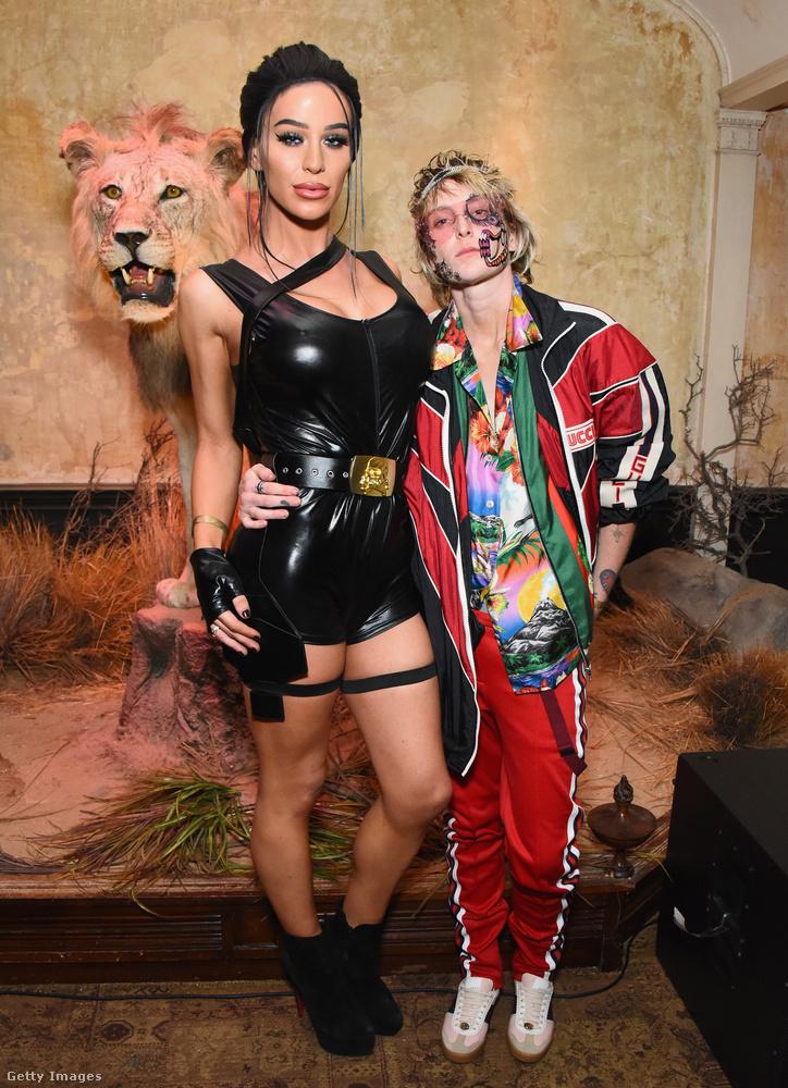 Gigi Gorgeous transznemű modell viseli itt Lara Croft jelmezét, és a Youtube-sztár itt éppen az élettársával, Nats Gettyvel pózol