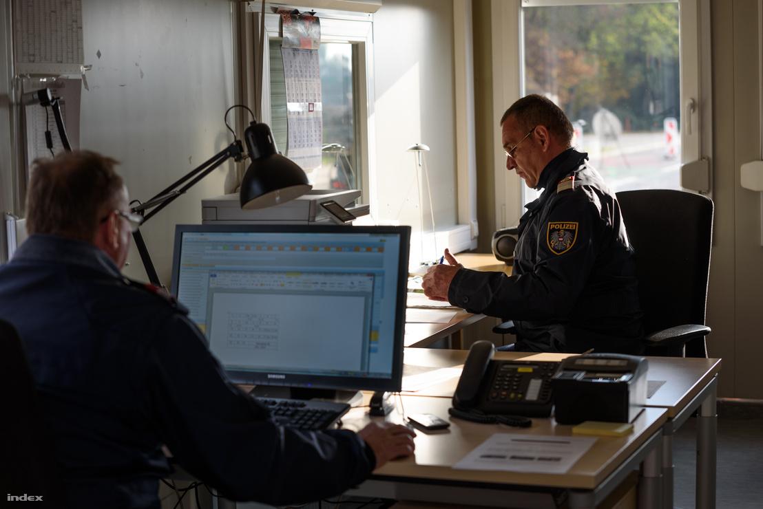 Osztrák rendőrök a Rábafüzes - Heiligenkreuz átkelőhelyen
