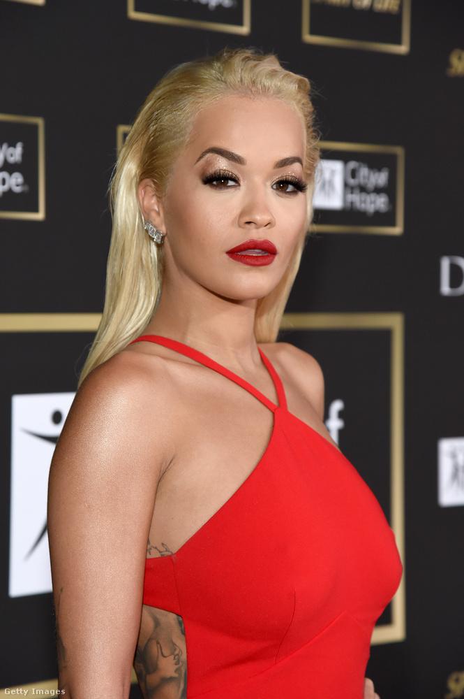 ...így néz ki Rita Ora, amikor saját magát adja
