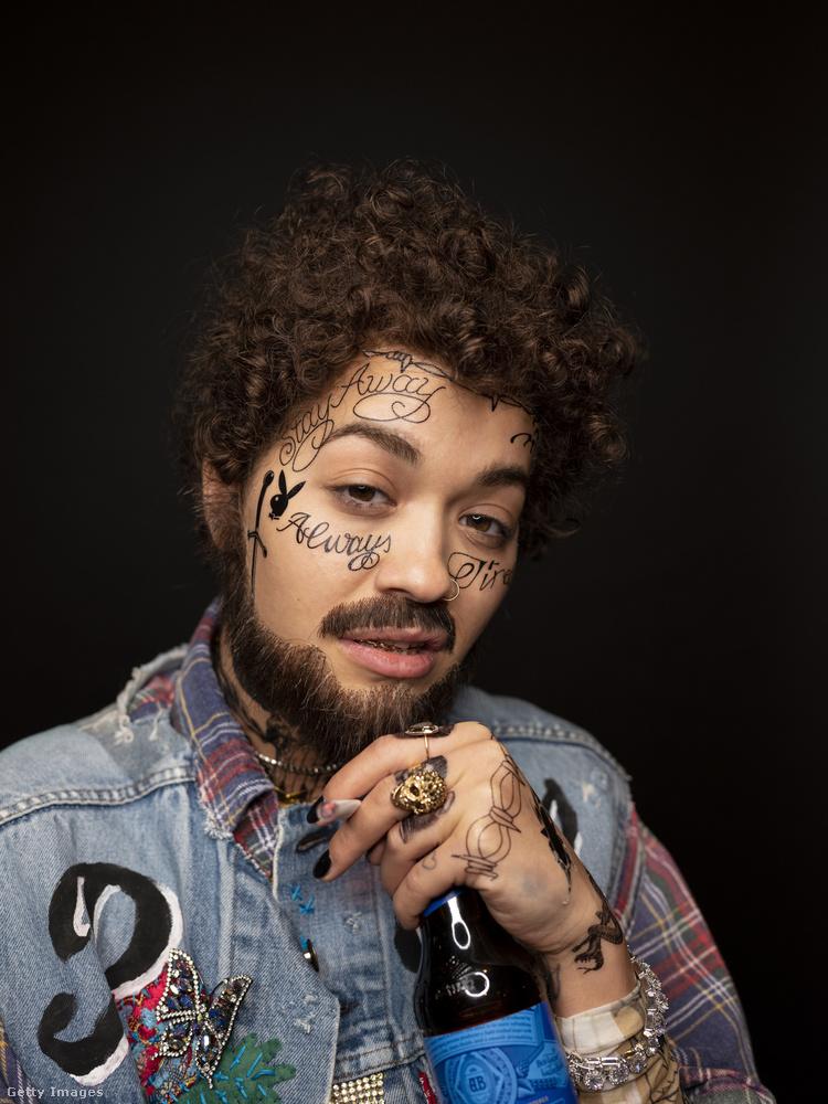 Szóval azért tettük ezt a képet Rita Ora mellé, mert ezen a fotón maga Rita Ora látható, Post Malone-sminkben és -jelmezben! Hasonlítsa csak össze...