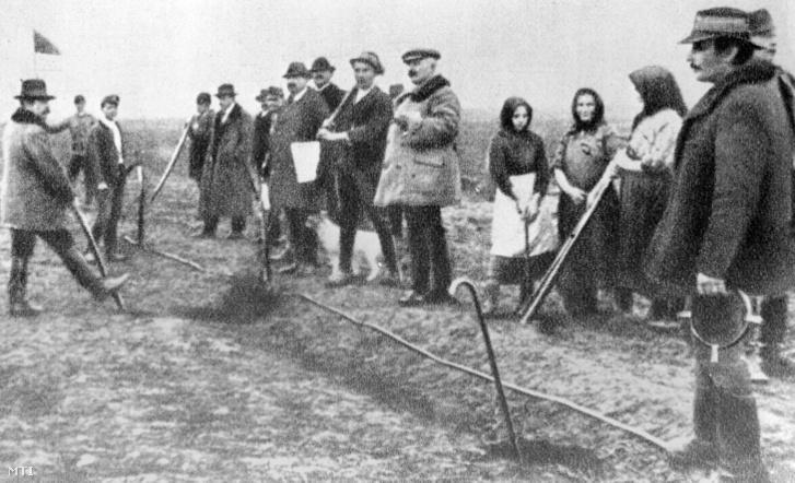 Földosztás Balmazújvárosban az őszirózsás Forradalmat követő napokban. 1918. október 30.