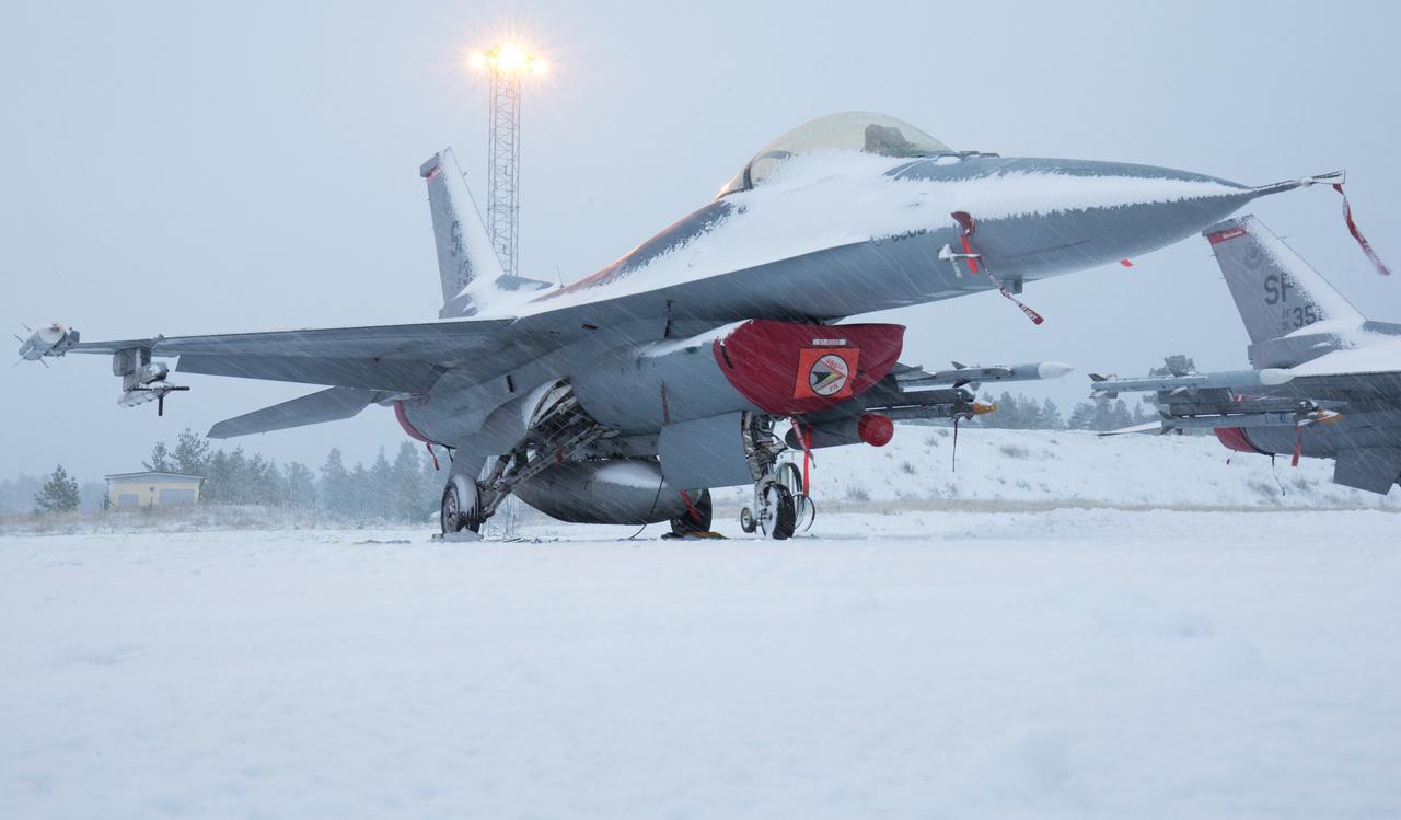 Október 25-én havazott a Kallax Légibázison (Lulea, Svédország), ahol jelenleg amerikai F-16-osok állomásoznak.