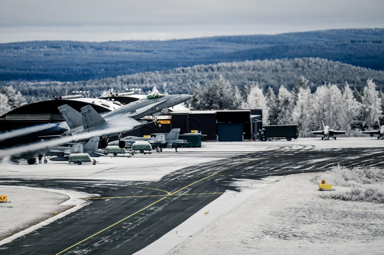 Finn F/A-18 Hornet vadászgép emelkedik a levegőbe a Rovaniemi légi bázisról.
