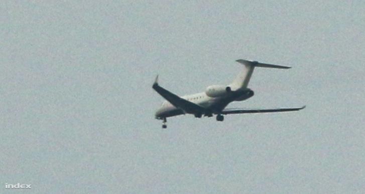 Fotó a beragadt futóművű repülőgépről