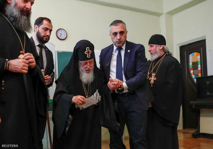 Ilia II, a georgiai ortodox egyház vezetője leadja szavazatát