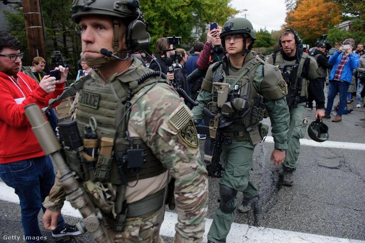 SWAT kommandósok távoznak a lövöldözés helyszínéről
