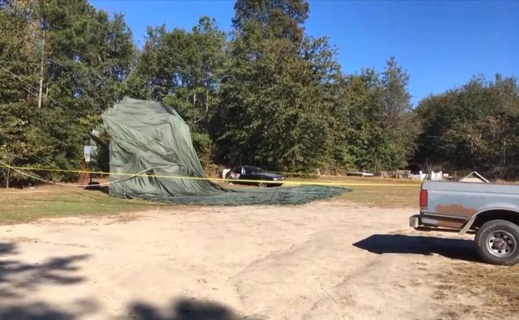 A Humvee egyik ernyője a kertben