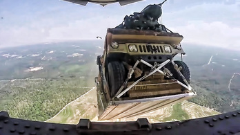 Véletlenül egy kertre dobtak egy Humvee-t